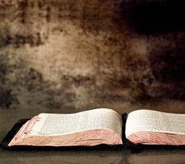 السؤال: هل يتضمن الكتاب المقدس أخطاء، تناقضات، أو تعارض؟